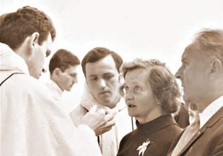 První mše. Od Dominika Duky přijali hostii po jeho vysvěcení i matka Anežka a otec František
