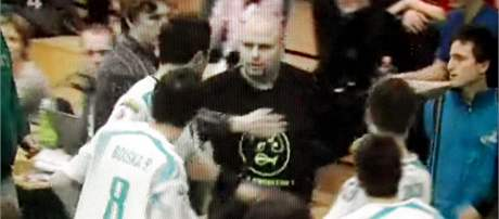 Incident ve Vítkovicích: Divák, který napadl boleslavského hráče (uprostřed) odchází z haly