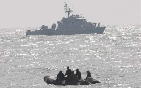 Jihokorejci pátrají po námořnícíh z potopené válečné lodi (27. března 2009)