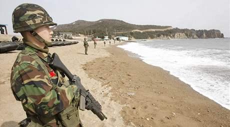 Jihokorejci pátrají po námořnících z potopené válečné lodi (27. března 2009)