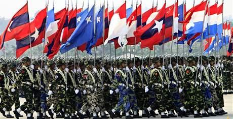 Vojenská přehlídka v barmské metropoli Neipyijto (27. března 201é)