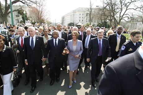 Předsedkyně americké Sněmovny reprezentantů Nancy Pelosiová před hlasováním o zdravotní reformě (21. března 2010)