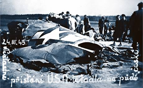 TROSKY. Dobový snímek zachycuje odklízení trosek amerického bombardéru v Černíkovicích.