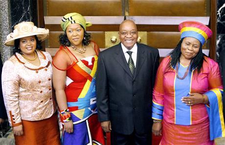 Prezident JAR Jacob Zuma se svými manželkami (zleva: Nompumelelo Ntuli, Tobeka Madiba a Sizakele).