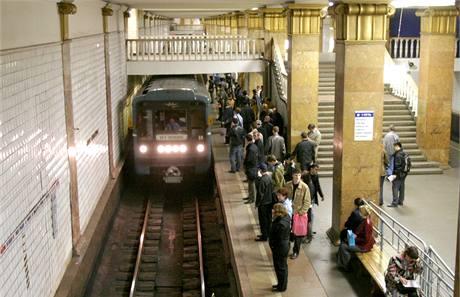 Vlaková souprava moskevského metra přijíždí do stanice Park kultury.