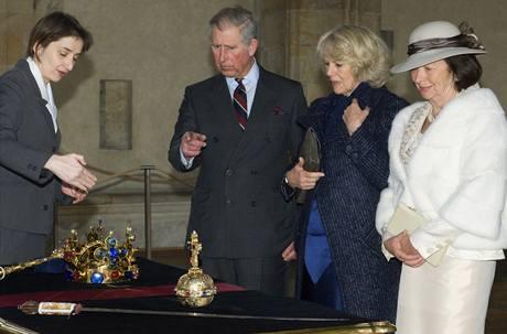 Britský následník trůnu princ Charles s chotí Camillou si v doprovodu manželky českého prezidenta Livie Klausové prohlédl korunovační klenoty