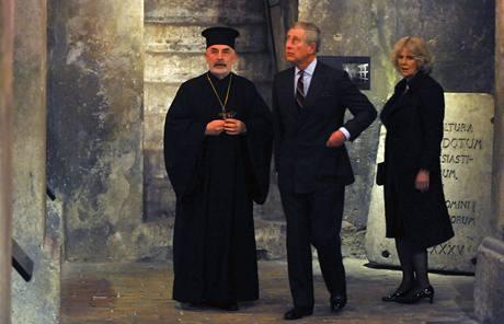 Princ Charles s Camillou si prohlédli podzemí kostela