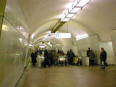 Stanice metra Lubjanka v Moskvě. Zde se odehrál první výbuch ve chvíli, kdy vlak zastavil a lidé začali vystupovat a nastupovat do vagónů. Stanice byla otevřena v roce 1935.