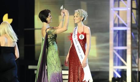 Česká Miss World 2010 Veronika Machová dostala korunku od ředitelky soutěže Michaely Maláčové
