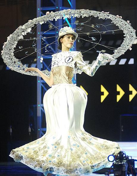Kateřina Votavová v šatech z Karlovarského kraje