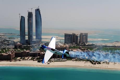 Martin Šonka při závodu série Red Bull Air Race v Abú Zabí