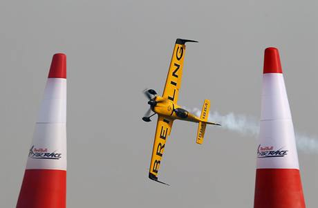 Nigel Lamb při závodu série Red Bull Air Race v Abú Zabí
