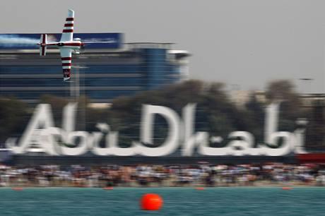 Paul Bonhomme při závodu série Red Bull Air Race v Abú Zabí