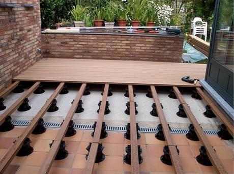 Rektifikační terče v kombinaci s prkny z Wood plasticu umožňují trvale odvodnit podklad