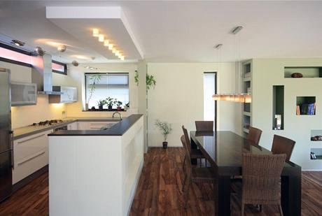 Kuchyň je otevřena do obytného prostoru