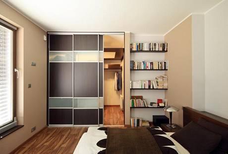 Z ložnice rodičů se vchází posuvnými dveřmi do komfortní šatny propojené ještě s koupelnou