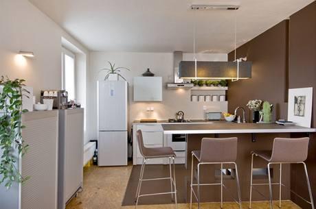 Na podlaze v kuchyně je betonová stěrka sladěná s výmalbou příčky