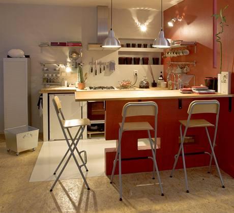 Původní kuchyně s výraznou červenou a vyzděnou linkou