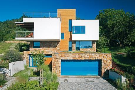Obytná, nejvíce prosklená část domu, je orientovaná na jihovýchod. Slunce se tak významně podílí na vytápění domu.