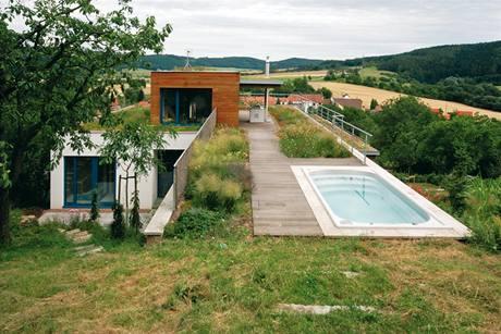 Na přechodu horní terasy do terénu je situován spa bazén