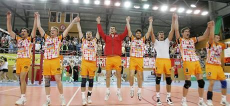 Volejbalisté Příbrami se radují z postupu do semifinále extraligy.