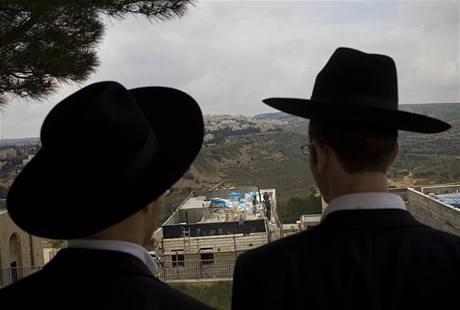 Židovští osadníci obhlížejí výstavbu ve východním Jeruzalémě
