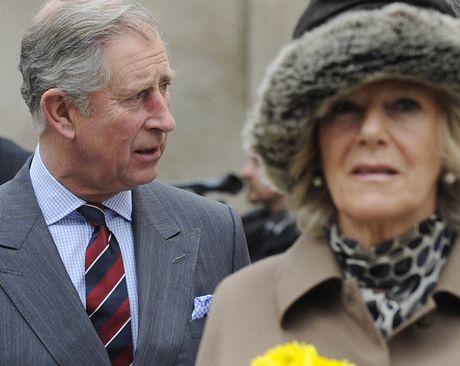 Choť prince Charlese dostala před kostelem kytičku.