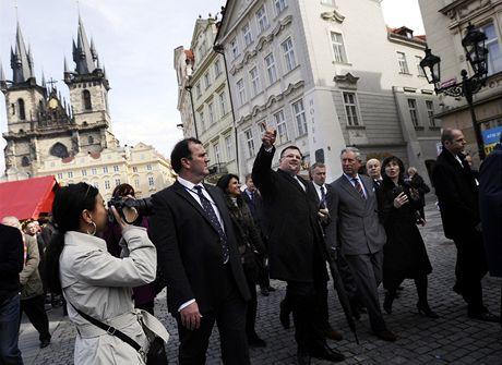 Po bohoslužbě si princ Charles prošel historické jádro Prahy. Jeho přítomnost budila obrovský zájem turistů.