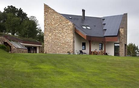 Štítové stěny jsou obezděny kamenem pocházejícím z větší části ze starého stavení, které manželé koupili jako ruinu. Další kámen byl posbírán v okolních lesích