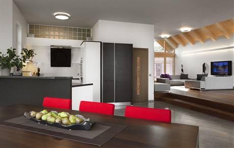 Kuchyně s jídelnou jsou oproti obytné části o dva stupně snížené, což je opticky odděluje jako svébytnou část interiéru. Rozkládací jídelní stůl byl vyroben na zakázku