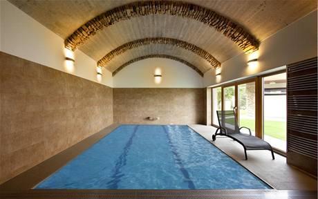 Bazén je originálně zastropen betonovou klenbou s cihelnými pasy