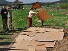 První krok mulčování při budování základů ekozahrady.