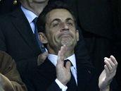 Francouzský prezindent Nicolas Sarkozy aplauduje ragbistům jeho země.