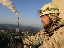 Aktivisté organizace Greenpeace na komíně elektrárny Prunéřov. (22. března 2010)