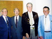 POSÁDKA BOMBARDÉRU. Na snímku jsou američtí veteráni Doyle, Walker, Tossey a Martin