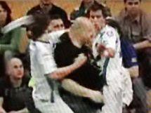 Incident ve Vítkovicích: Petr Novotný z M.Boleslavi (v bílém vlevo) brání spoluhráče před jedním z diváků