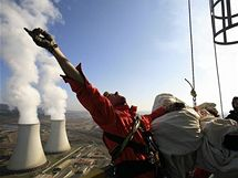 Aktivisté Greenpeace na komíně elektrárny Prunéřov (22. března 2010)