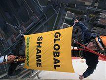 Aktivisté Greenpeace na komíně elektrárny Prunéřov (23. března 2010)