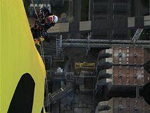 Aktivista Greenpeace na komíně elektrárny Prunéřov (23. března 2010)