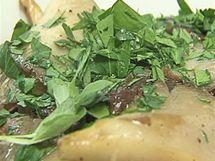 Horké orestované houby promíchejte s čerstvou petrželkou a majoránkou pokrájenými nadrobno.