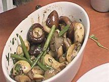 K orestovaným houbám s čerstvou petrželkou a majoránkou můžete přidat i podušené čerstvé fazolky.