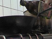 Na orestování hub použijte kvalitní olivový olej.