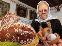 Perníková vajíčka s překvapením připravuje pro děti každé Velikonoce Marie Švirgová z Lanžhotu na Břeclavsku.