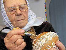 Perníková vajíčka s překvapením maluje Marie Švirgová tradiční cukrovou polevou.