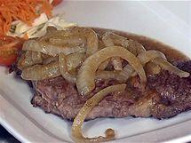 Výborně připravená vídeňská roštěná, ovšem naservírovaná s nevábnou rozměklou syrovou cibulkou.