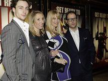 Modelka Claudia Schifferová s manželem a britský herec Aaron Johnson s režisérkou Sam Taylor Woodovou