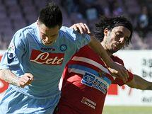 Slovensk� fotbalista v neapolsk�ch slu�b�ch Marek Ham��k bojuje o m�� s Jorgem Martinezem z Catanie.