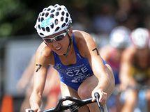 Triatlonistka Vendula Frintová v cyklistické části závodu Světového poháru v australské Mooloolabě.