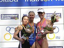Triatlonistka Vendula Frintová (uprostřed) na stupních vítězů závodu Světového poháru v australské Mooloolabě.