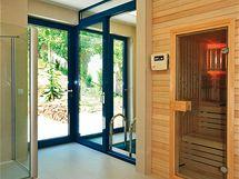 V prvním patře domu se nachází sauna s ochlazovacím bazénkem